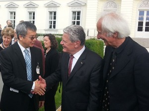 Dr. Chengshan Xiao, left, shakes the hand of German Federal President Joachim Gauck in front of his palace. At right is Helmut Schwarz, president of the Humboldt Foundation.