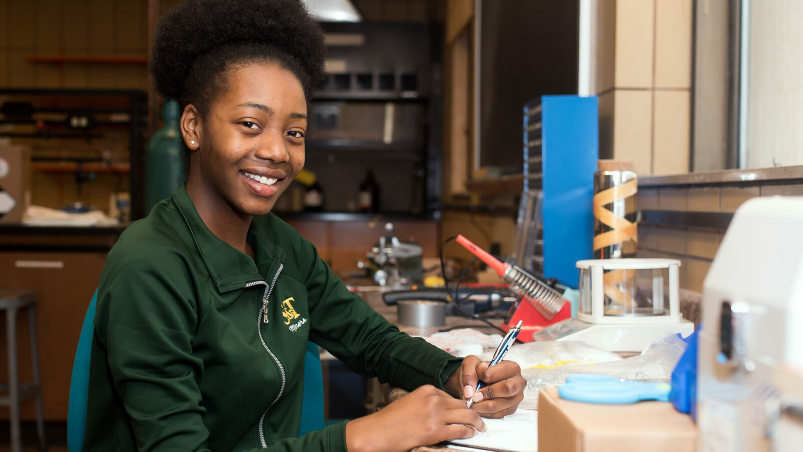 Missouri S&T chemistry major working in lab
